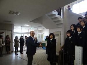神戸大学付属中等教育学校コーラス部より義援の授与