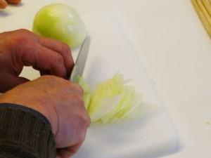 たっぷり白菜とタラのとろ〜りチーズ蒸し焼き-玉ねぎスライス